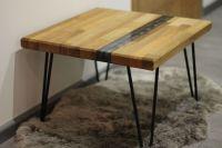 Dřevěný stolek s pryskyřicí