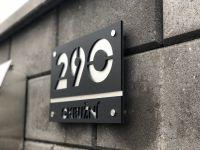 Moderní číslo popisné na dům, plot, vchod v provedení ALU dekoru a černého plexi Home Deco