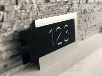 Moderní číslo popisné na dům, plot, vchod v provedení stříbrná a černé plexi