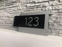 Moderní číslo popisné na dům, plot, vchod v provedení stříbrná a černé plexi Home Deco